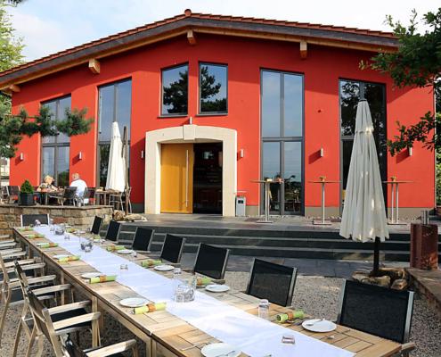 Außengelände mit Massivholztischen, Pauls Event-Vinothek - Bad Dürkheim, Pfalz